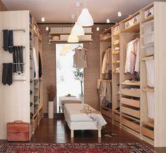 faire son dressing soi même aménagé avec des tiroirs et compartiments en bois et une banquette