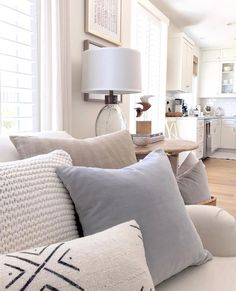 Check out This Inspiring list of college dorm room decor ideas to make your room look great (and help you save money too) Coastal Living Rooms, My Living Room, Home And Living, Living Room Decor, Pastel Living Room, Cozy Living, Kitchen Living, Dining Room, Farmhouse Style Kitchen