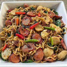 Resep masakan praktis sehari-hari Instagram Vegetarian Recipes, Cooking Recipes, Healthy Recipes, Cooking Time, Healthy Food, Mie Goreng, Malay Food, Cant Stop Eating, Asian Recipes