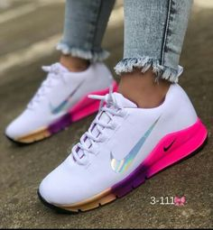 Nike Workout Shoes, Nike Air Shoes, Sneakers Workout, Workout Gear, Sneakers Fashion Outfits, Fashion Shoes, Cute Sneakers, Shoes Sneakers, Women's Shoes
