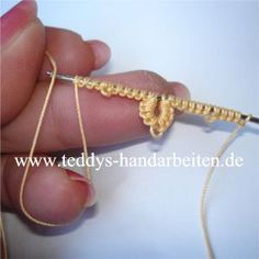 Crochet tatting tutorials - this site is full of great tutorials for all handcrafts. Helpful pictures, but explanations in German Crochet Needles, Thread Crochet, Crochet Yarn, Crochet Flowers, Crochet Stitches, Crochet Patterns, Needle Tatting Tutorial, Needle Tatting Patterns, Tatting Jewelry