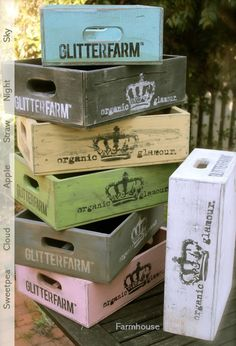 Painted Wood Crates – geverfde houten kratjes Painted Wood Crates – painted wooden crates Pin: 554 x 813 Pallet Crates, Wood Crates, Wood Boxes, Pallets, Painted Furniture, Painted Wood, Painting On Wood, Wood Projects, Diys