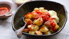 Patatas Bravas, un complemento imprescindible para tu fiesta de tapas - Healthy Eating - Tapas Party, Salsa Picante, Vegetarian Recipes, Healthy Recipes, Curry, Spanish Food, Cooking Time, A Food, Potato Salad