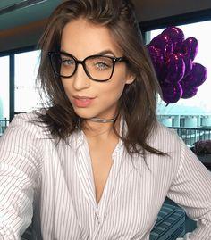Look do dia Bruna Unzueta: Camisa listrada com chocker prateada e óculos de lentes transitions com armação preta, ótimo para proteger os olhos da claridade