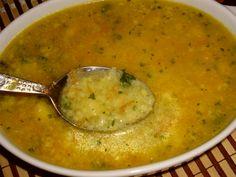 Mrkev, petržel a cibuli nastrouháme na jemno. V hrnci rozpustíme máslo a nastrouhanou zeleninu krátce orestujeme, zalijeme horkou vodou (1,5 - 2 l ), přidáme nasekanou petrželku, osolíme a krátce povaříme. Vejce rozšleháme a zašleháme mouku (hustota by měla být jak na palačinky). Vejce vlijeme do polévky a chvíli povaříme, dochutíme vegetou. Vejce v polévce má být rozvařené, netvořit žádné noky. Czech Recipes, Ethnic Recipes, Pizza Bites, Bon Appetit, Cheeseburger Chowder, A Table, Food To Make, Food And Drink, Low Carb