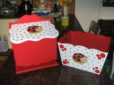 Caja Portacosmeticos + Pañalera - $ 330,00 en MercadoLibre Kit Bebe, Decoupage Art, Biscuit, Country Paintings, Baby Shower, Covered Boxes, Wood Boxes, Baby Decor, Ladybug