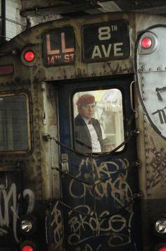 """reinopin: Ein Engel unter der Erde: Im Februar 1979 begannen die """"Guardian Angels"""" in den New Yorker U-Bahnen für Sicherheit zu sorgen. Anführer der privaten Truppe war Curtis Sliwa, der bis dahin die Nachtschicht eines McDonalds-Restaurants in der Bronx geleitet hatte. Ihm wurde daher mehr Wissen über den Umgang mit Kriminellen zugetraut als dem Chef der U-Bahn-Polizei James Meehan.    Hier fährt Curtis Sliwa am 13. März 1985 in der """"Uniform"""" der Guardian Angels mit der New Yorker U-Bahn."""