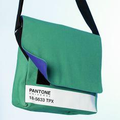 Pantone Messenger Bag - die bunten Messenger Bags mit ihren kontrastierenden Farben der Innenseiten eignen sich für den Transport der unterschiedlichsten Dinge, vom iPhone bis hin zum dicken Ordner. Für 75,00 €