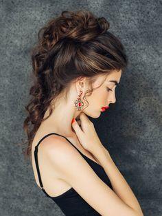 Bei dieser Haarfarbe wurden nurleichte Highlights gesetzt, sodass der Look sehr natürlich bleibt. In Sachen Styling wird es 2017 lässiger: Statt einem eleganten Chignon kann man auch einmessy Half-Bun zum kleinen Schwarzen stylen. We like!Diese Haarfarbe wird schon jetzt als DIE Trend Haarfarbe 2017 gehyped: Tigereye Hair