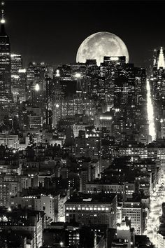 This is perfect!  NYC. Supermoon in a silver night  From: http://r2--d2.tumblr.com/post/73013160252/celestiol-the-city-that-never-sleeps-by-alex