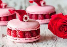Macarons vanille-framboises-litchi // Vanilla, raspberries and lychee macarons Raspberry Macaroons, Vanilla Macarons, French Macaroons, Pink Macaroons, Raspberry Desserts, Red Raspberry, Köstliche Desserts, Wedding Desserts, Delicious Desserts