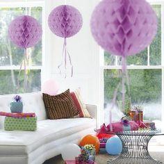 Een prachtige lavendel kleurige honeycomb decoratie met een doorsnede van 30cm. Bij deze <br>honeycomb hangen ook wat sliertjes onderaan de decoratie bal wat het geheel een extra feestelijke <br>aanblik geeft. foto 1