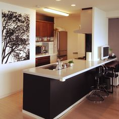 デザイン性と機能性を兼ね備えたペニンシュラ型キッチン Costco Kitchen Cabinets, Modern Kitchen Cabinets, Modern Kitchen Design, Kitchen Flooring, New Kitchen, Kitchen Storage, Kitchen Dining, Kitchen Decor, Japanese Home Decor