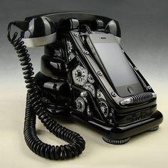ブラックxシルバー - iRetrofone 2.0 Steampunk  - レトロなスチームパンク調の黒電話型iPhoneドック by Freeland Studios