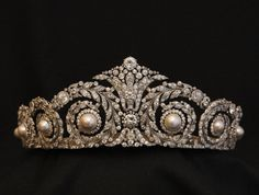 """La Coquette Parisienne on Instagram: """"▪️Tiara, Cartier, 1920, Paris, Platinum, round antique and rose-cut diamonds and eight pearls, made to order for Queen Victoria Eugenie of…"""" Royal Crowns, Royal Tiaras, Tiaras And Crowns, Pageant Crowns, Royal Jewelry, Jewelry Art, Antique Jewelry, Vintage Jewelry, 1920s Jewelry"""