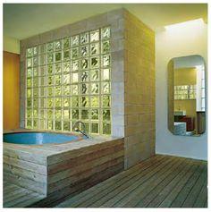 Inloopdouche met glazen bouwstenen en natuurstenen vloer. Wanden met ...