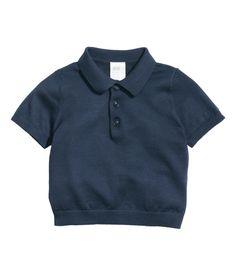 Donkerblauw. BABY EXCLUSIVE/PREMIUM QUALITY. Een poloshirt van zachte, fijngebreide zijde/katoenmix met korte mouwen. Het shirt heeft een kraag, een