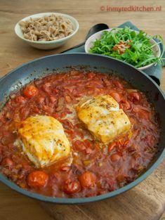 Lekker slanke kabeljauw gepocheerd in tomatensaus. Alles in 1 pan en snel klaar! Fish Recipes, Lunch Recipes, Meat Recipes, Cooking Recipes, Healthy Recipes, Cooking For Two, Easy Cooking, Healthy Cooking, Cooking Light
