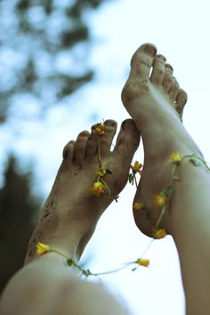 flowers in her....feet.  Must show Lil how to do this.  Then take pics!!