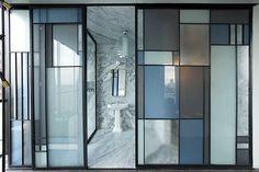 Les détails a suivre Le vitrail repensé  Une exposition sur le vitrail contemporain à la Cité de l'architecture & du patrimoine nous avait déjà mis la puce à l'oreille. Le duo de Dimorestudio en a imaginé une version en carrés à la Mondrian pour les cloisons des salles de bains de la Casa Fayette à Guadalajara, au Mexique, le nouvel hôtel du groupe Habita.