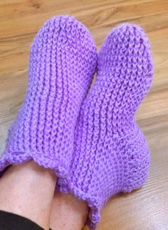 Neuloosi vaivaa neljässä sukupolvessa. Isomummi 96v, mummi 68v, minä 45v ja minun lapset 20, 18, 14 ja 10v. Puikot viuhuu! :) Crochet Shoes, Knit Crochet, Spinning Yarn, Knitting Yarn, Diy And Crafts, Slippers, Gloves, Socks, How To Make