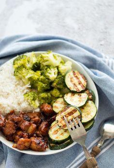Sticky chicken met groene groenten en rijst. Een makkelijke, snelle maaltijd die je binnen 30 minuten op tafel zet en met lekker veel groenten. Aanrader!
