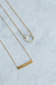 Bijoux dorés / pendentifs cercle et barre or / Gold jewelry / circle and bar