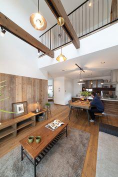 リビングは吹き抜けにすることでダイナミックな空間に仕上がっています。 #リビング #吹き抜け #ゼスト #ゼスト倉敷 #緑のある暮らし #リビング階段 #ナチュラルインテリア #木の家 #塗り壁 #ソファ #LDK #インテリア #男前インテリア #かわいい家 #デザイン住宅 #サンルーム #ヴィンテージ #アンティーク #岡山県 #木の家 Faux Wood Beams, New Homes, Bedroom, Interior, Table, House, Furniture, Design, Home Decor