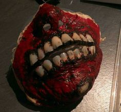 Zombie Mask: Use fake fingernails from the Dollar stores for teeth.   Quelle: Hallow's Eve @ Facebook