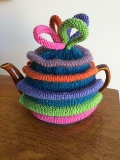 Strictly tea cosy Tea Cosy Knitting Pattern, Tea Cosy Pattern, Knitting Patterns Free, Knit Patterns, Free Knitting, Free Pattern, Crochet Home, Crochet Yarn, Yarn Projects