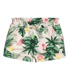 Shorts in soft cotton jersey with side pockets. Elasticized waistband with a decorative bow.
