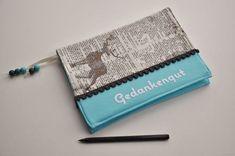 Notizbuchumschlag mit Velourschriftzug und Lesezeichen