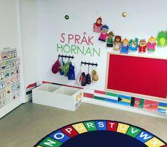 Preschool Library, Space Preschool, Preschool Classroom, In Kindergarten, Reggio Emilia Classroom, Reggio Inspired Classrooms, Toddler Language Development, Diy Classroom Decorations, Toddler Learning Activities