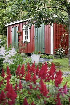 Redskapsbod med gröna dörrar på långsidan är en gammal trädgårdsdröm. Får ett miniorangeri plats på gaveln tro?