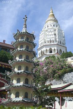 Kek Lok Si, South East Asia's largest temple complex, Malaysia (by y_han).