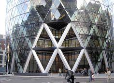 Edificio de arquitectura de la universidad dr José matias delgado, en función de apilamientos de triángulos uno arriba de otro formando una edificación