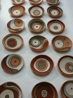 Anelise Bredow Saindo do forno... (pratos de parede, vendidos individualmente.) Pottery Painting, Ceramic Painting, Ceramic Clay, Ceramic Plates, Pottery Plates, Ceramic Pottery, Cerámica Ideas, Coil Pots, Clay Bowl