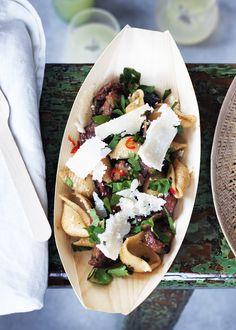 Her serverer vi en opskrift på en nem pastaret med svampe, hvidvin og hvidløg, som smager af alt det bedste fra det italienske køkken.