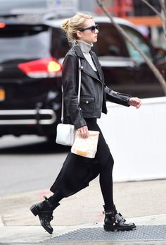 Celebrity Street Style Picture Description Emma Roberts is our weather-changing fashion back-up plan. Layering goals ♥ - #StreetStyle https://looks.tn/celebrity/street-style/celebrity-street-style-emma-roberts-is-our-weather-changing-fashion-back-up-plan-layering-goals-9829/