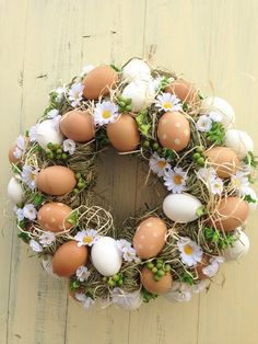 Something + small + gerbera + … +: -) + sen + wreath + with + eggs + and + gerbera … average … - Diy and Crafts Mix Diy Spring Wreath, Diy Wreath, Spring Projects, Spring Crafts, Easter Wreaths, Holiday Wreaths, Easter Table Decorations, Egg Decorating, Easter Crafts