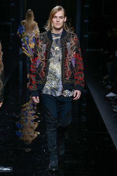 The complete Balmain Fall 2017 Menswear fashion show now on Vogue Runway.