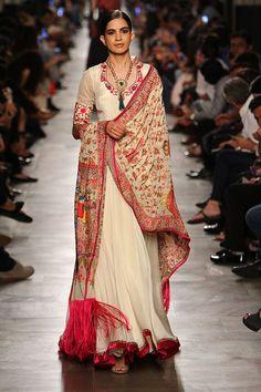 Complete collection: Manav Gangwani anarkali at India Couture Week 2017 Estilo Fashion, K Fashion, India Fashion, Ethnic Fashion, Asian Fashion, Fashion Dresses, Pakistani Dresses, Indian Dresses, Indian Outfits