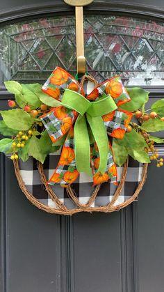 Diy Halloween Decorations, Thanksgiving Decorations, Thanksgiving Wreaths, Fall Halloween, Halloween Crafts, Halloween Painting, Halloween Door, Fall Wreaths, Ribbon Wreaths