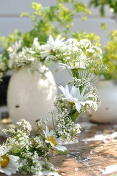 :)How simple! ...daisies, Queen Anne's Lace, Babies Breath...Delightful !