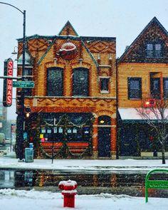 """""""#callesol105 #chicago #holidayseason2015  #chitown #windycity #schubaschicago #schubas #lakeviewchicago #streetscenes #snow #architecture #schubastavern…"""""""