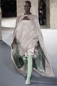 Rick Owens Fall 2016 Ready-to-Wear Collection - Vogue Monochrome Fashion, Minimal Fashion, High Fashion, Fashion Brands, Fashion Show, Fashion Design, Fashion Details, Fashion Fashion, Fashion Week Paris