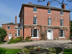 This magnificent listed Georgian property is a wing of the owner's home dating back to 1790.