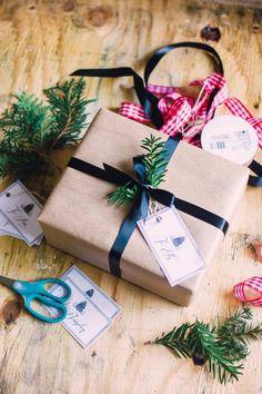 simple Geschenkverpackung mit immergrünen Zweigen dekorieren