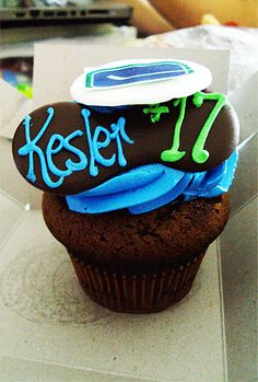 Vancouver Canucks cupcakes Sports Food, Vancouver Canucks, Nhl, Hockey, Cupcakes, Baking, Desserts, Blue, Tailgate Desserts