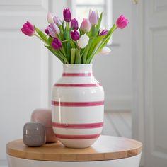 Kähler Designin raidallinen Omaggio-vaasi on kaunis sisustuelementti jokaiseen kotiin! Suosittua Omaggio-vaasia on saatavissa monessa eri värissä sekä eri koossa.